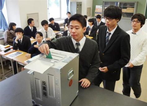 衆院選に向けた授業の中で投票する生徒たち=16日、東京都板橋区の都立高島高校(花房壮撮影)