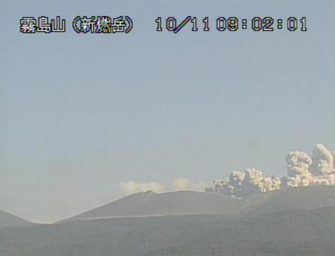 気象庁のカメラが撮影した白煙を上げる新燃岳の画像=11日午前