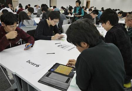 第3回トライボーディアン日本選手権。手前の向かいあった2人は、将棋の対局中(伊藤洋一撮影)