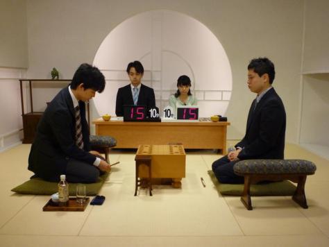 対局した藤井聡太四段(左)と上村亘四段