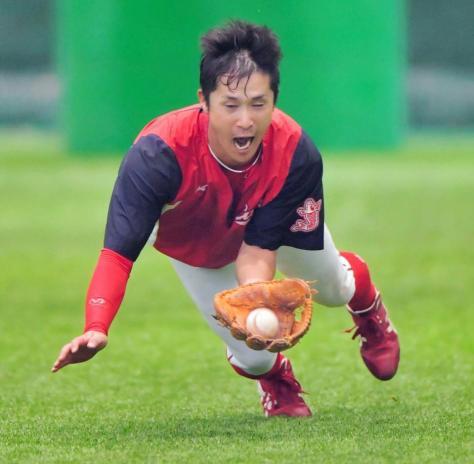 広瀬コーチが指で示した数を数えながら飛球を捕る上本
