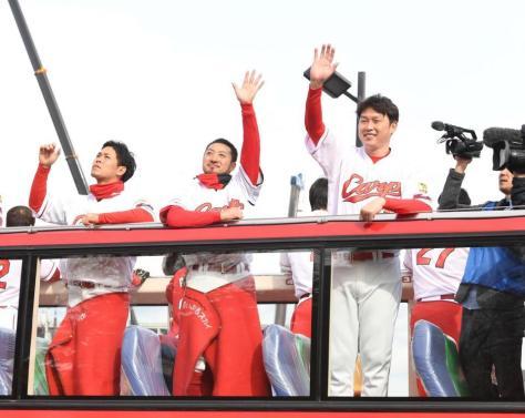 バスの上から笑顔でファンに手を振る(右から)広島・新井貴浩、広島・菊池涼介、広島・小窪哲也=広島市内(撮影・飯室逸平)