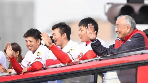 沿道のファンに笑顔で手を振る(右から)松田オーナー、広島・丸佳浩、広島・鈴木誠也、広島・野間峻祥=広島市内(撮影・飯室逸平)