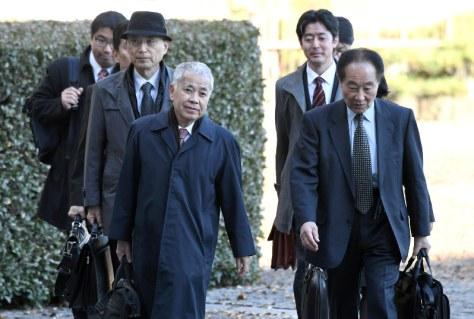 最高裁判所に入るNHKとの契約を拒否した男性側の弁護団=東京都千代田区で2017年12月6日午後2時14分、竹内紀臣撮影