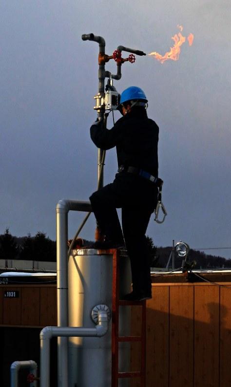 炭層メタンガスの生産テストで、燃焼されるガス=北海道夕張市清陵町で