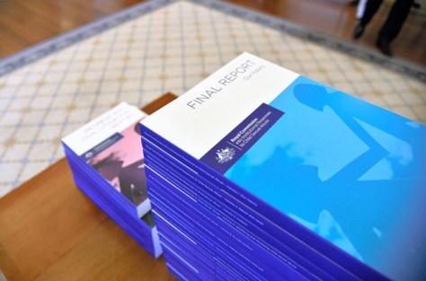 豪政府の独立調査委員会が発表した子どもへの性的虐待についての報告書は17冊にも及ぶ=AP