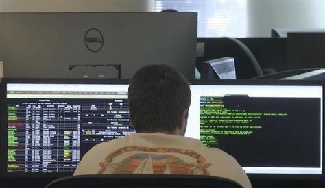 10月上旬、米アトランタのセキュリティー会社でハッキングの情報などを調査する男性従業員(AP)