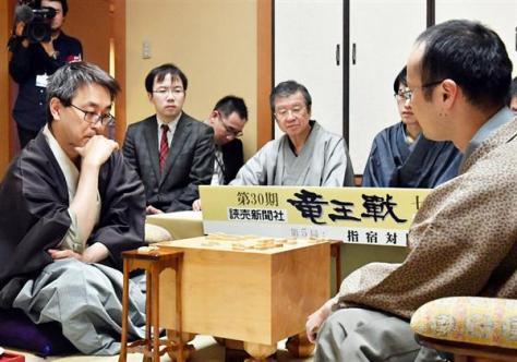 羽生新竜王(左)と渡辺前竜王(右)の対局で立会人を務めた青野九段(中央)=5日、鹿児島県指宿市