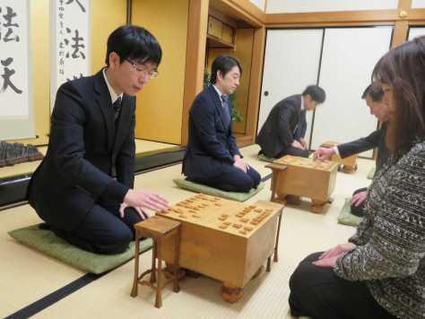 関西将棋会館で行われた指し初め式で並んで対局する第67期王将戦7番勝負の挑戦者・豊島将之八段(左)と久保利明王将(左から2人目)