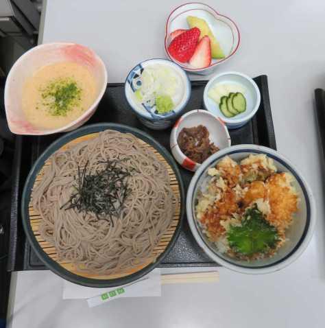 藤井聡太四段のこの日の昼食は会場近くにある「名古屋やぶそば」の「静岡牧之原産自然薯のとろろざるそば」「遠州一黒軍鶏の鶏天丼」とフルーツ盛り