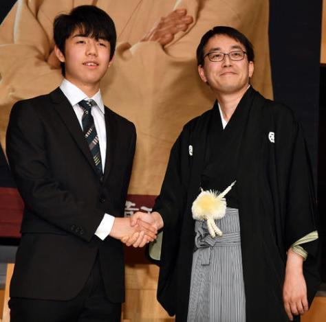 就位式記者会見で羽生善治竜王(右)は藤井聡太四段と握手する(撮影・柴田隆二)