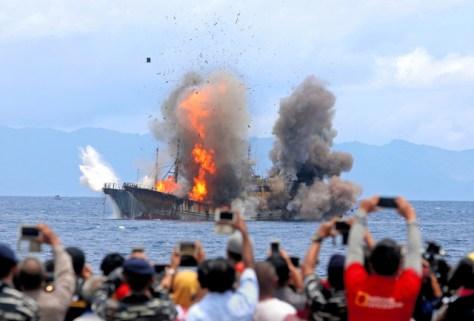 2017年4月、インドネシアのアンボン島沖で爆破処理される外国密漁船=ロイター