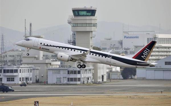 愛知県営名古屋空港を飛び立つMRJの試験3号機=2017年3月13日