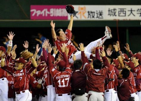 パ・リーグ優勝を決め、胴上げされる楽天・星野仙一監督=西武ドーム(2013年9月26日