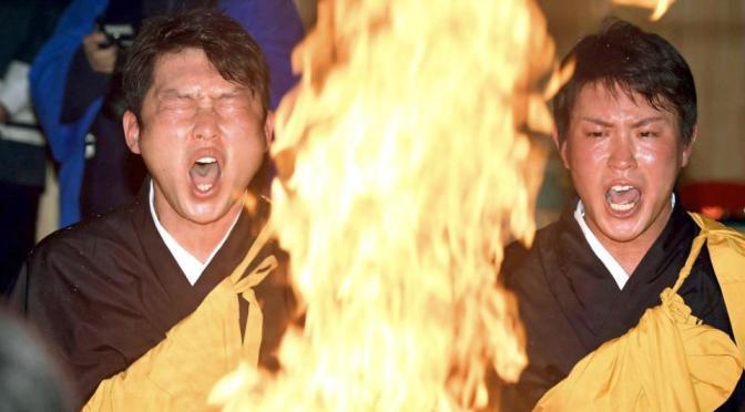 護摩行で燃えさかる炎に向き合う新井(左)と堂林(撮影・山口登)