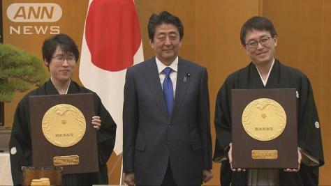 羽生、井山両氏国民栄誉賞 「七」にちなんだ記念品