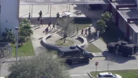米フロリダ州の高校で発砲 複数の死者 元生徒の男を拘束