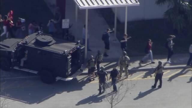 米フロリダ州の高校の発砲事件 17人が死亡 地元警察