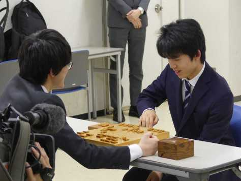 順位戦を10戦全勝で終え、笑顔で対局を振り返る藤井聡太六段(右)と三枚堂達也六段