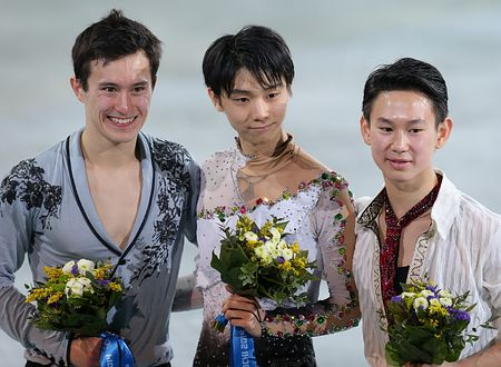 ソチ五輪フィギュアスケート男子で撮影に応じる金メダルの羽生結弦(中央)と銀のパトリック・チャン(左)ら=2014年2月14日、ロシア・ソチ