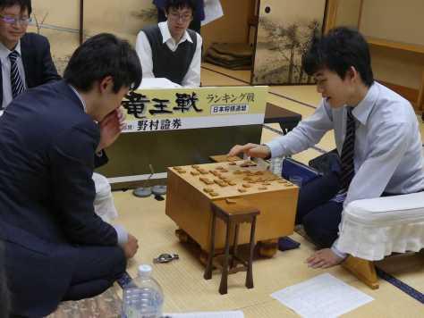 竜王戦5組ランキング戦準々決勝で阿部光瑠六段(左)を破った藤井聡太六段。七段昇段に王手をかけた