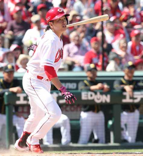 <広・神>2回1死満塁、大瀬良は右翼線に先制の2点二塁打を放つ