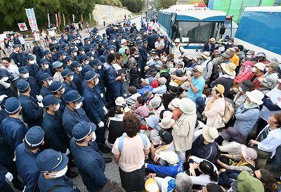 ゲート前に座り込む市民とそれを排除しようと立ち並ぶ県警機動隊=24日午前9時すぎ、名護市辺野古の米軍キャンプ・シュワブゲート