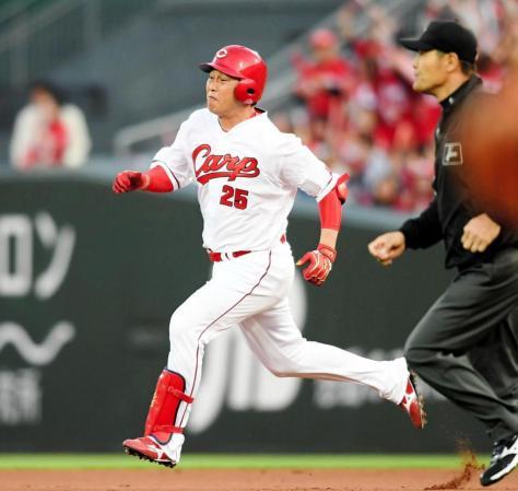 2回広島2死二塁、左中間へ適時二塁打を放ち力いっぱい走る広島・新井貴浩=マツダスタジアム(撮影・田中太一)