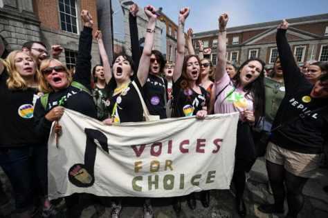 26日、アイルランド・ダブリンで、人工妊娠中絶の合法化を巡る国民投票の結果を喜ぶ賛成派の女性(ゲッティ=共同)