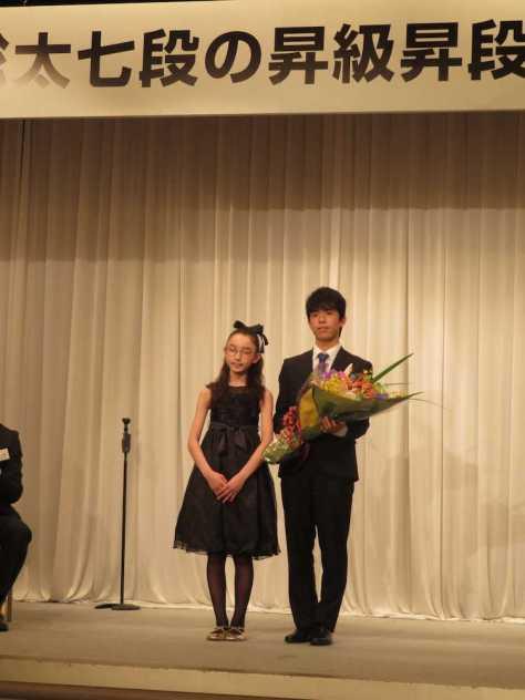 師匠も同じ杉本昌隆七段の元で女流棋士を目指している大田暖乃(のんの)さんから花束を受け取り、2ショットに応じる藤井聡太七段