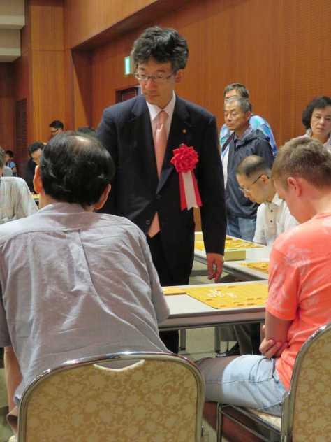 出身地の京都府八幡市での第20回佐藤康光杯争奪将棋大会で8面指しを行った佐藤康光九段