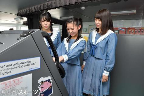 操舵(そうだ)室で、かじを握るSTU48峯吉愛梨沙(中央)。矢野帆夏(左)と藤原あずさ(撮影・森本隆)