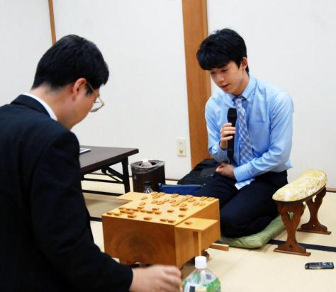 16歳初戦を白星で飾った藤井聡太七段(撮影・松浦隆司)