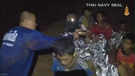 タイ洞窟 少年4人を救出 複数の少年が徒歩で出口に向かう