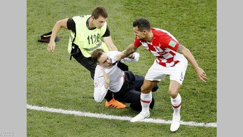 サッカーW杯決勝 ピッチに数人乱入し中断 反プーチン派か