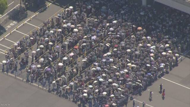アイドルグループのグッズ購入の列に並んだ女性 熱中症で搬送