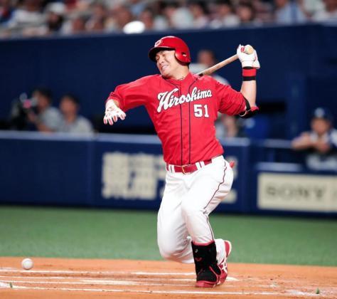 6回、鈴木は右足首に自打球を当て、ベンチに下がり、そのまま交代となる=ナゴヤドーム(撮影・坂部計介)