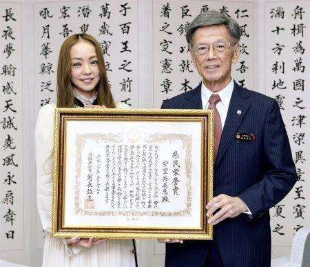 翁長雄志知事から表彰状を受け取った安室奈美恵さん=5月23日、沖縄県庁