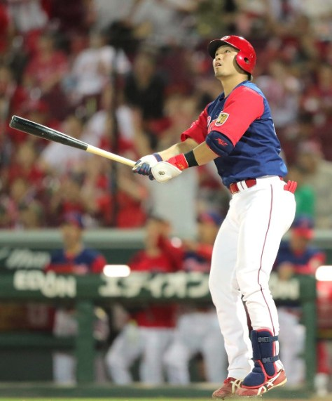 9回1死、鈴木が左越えにサヨナラ本塁打を放つ