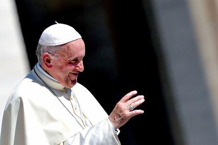 12日、バチカンのサンピエトロ広場で、信者に手を振るフランシスコ・ローマ法王(AFP時事)