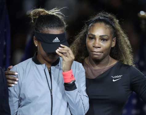 表彰式で涙を流す大坂(左)に言葉をかけるセリーナ(AP)