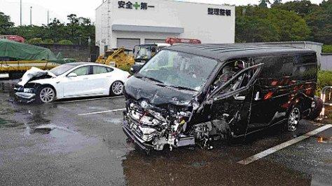 事故を起こしたワンボックス車(手前)と乗用車(15日午前9時26分、岡山県津山市で)