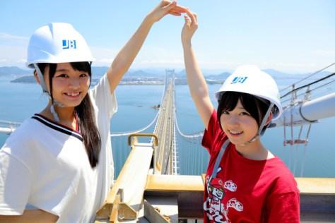 瀬戸大橋の「てっぺん」でポーズをとるSTU48の福田朱里さん(左)と甲斐心愛さん。後ろの風景は香川県だ=安冨良弘撮影