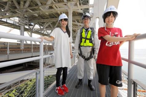 瀬戸大橋の塔頂ツアーに向かうSTU48の福田朱里さん(左)と甲斐心愛さん(右)。通路は網になっていて下が見えるため、ちょっとこわそう=安冨良弘撮影