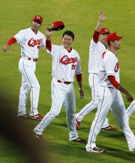 3連覇を果たし、スタンドのファンに手を振る広島の新井(左から2人目)=マツダ