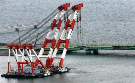 橋桁撤去作業のため待機するクレーン船=12日午前、関西国際空港(本社ヘリから、宮沢宗士郎撮影)