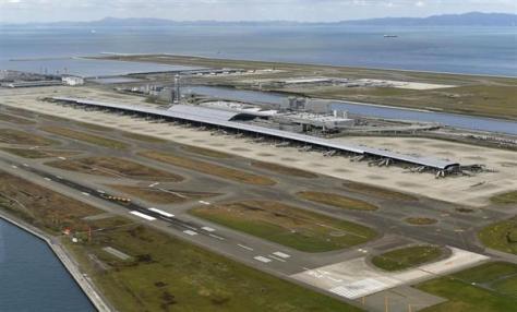 台風21号の被害で機能停止が続く関西空港第1ターミナル。奥は第2ターミナル=11日(共同通信社ヘリから)
