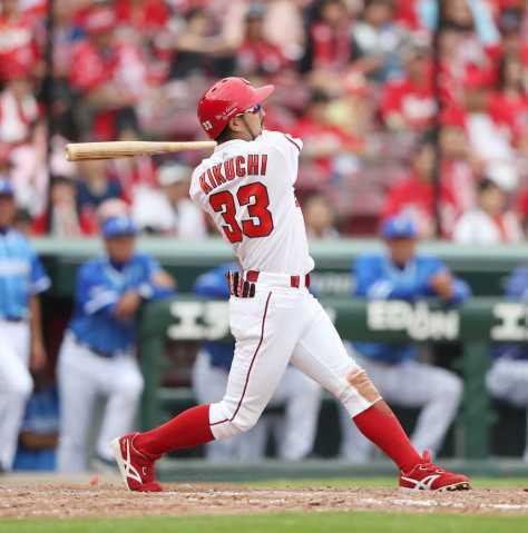 <広・D>5回2死一、三塁、菊池は左線に2点適時二塁打を放つ(撮影・坂田 高浩)