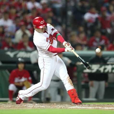 <広・巨>4回無死一塁、鈴木は左越えに2ランを放つ(撮影・坂田 高浩)