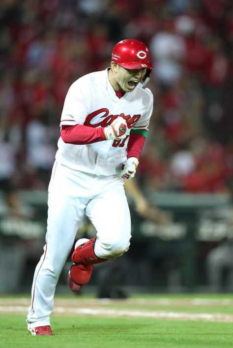 <広・巨>4回無死一塁、鈴木は左越えに2ランを放ち、雄たけびをあげる(撮影・坂田 高浩)